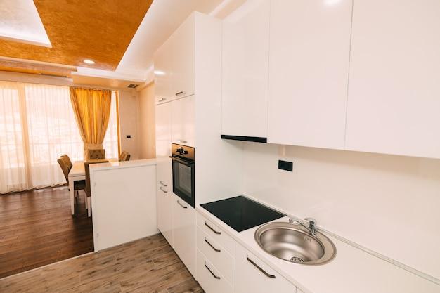Die küche in der wohnung das design des küchenraums wurde