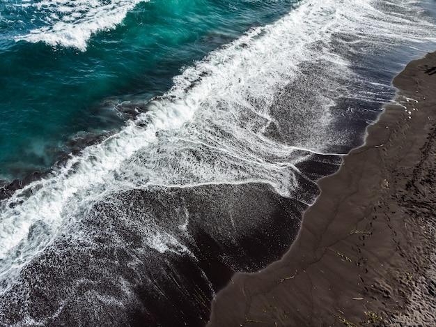 Die küste des pazifischen ozeans auf der halbinsel kamtschatka.
