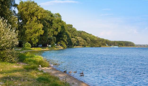 Die küstenzone von naroch ist ein beliebtes erholungsziel. weißrussland