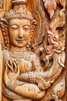 Die kunst von geschnitztem hölzernem in thailand-tempel
