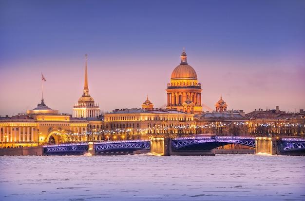 Die kuppel der isaakskathedrale, der admiralität und der newa im eis in st. petersburg