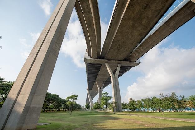 Die kurve der hängebrücke hohen weg