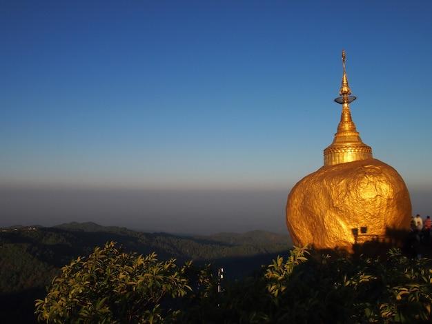 Die kyaiktiyo-pagode, auch als goldener felsen bekannt, ist eine bekannte buddhistische pilgerstätte in myanmar
