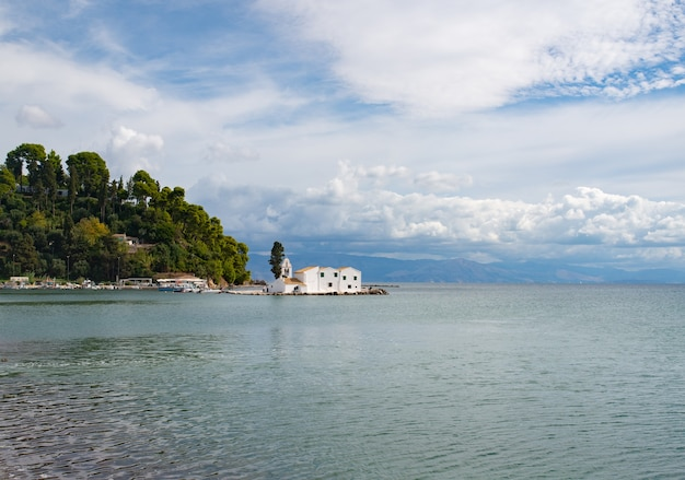 Die lagune von chalkiopoulos mit dem vlacherna-kloster und pontikonisi bedeutet mausinsel auf korfu