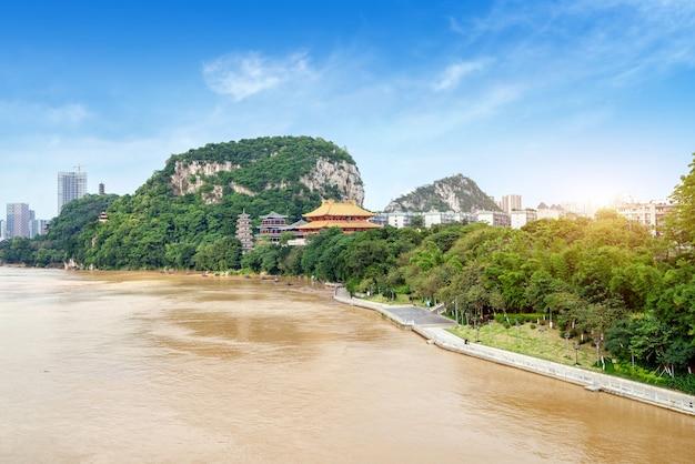 Die landschaft auf beiden seiten des liujiang-flusses, die stadtlandschaft von liuzhou, guangxi, china.