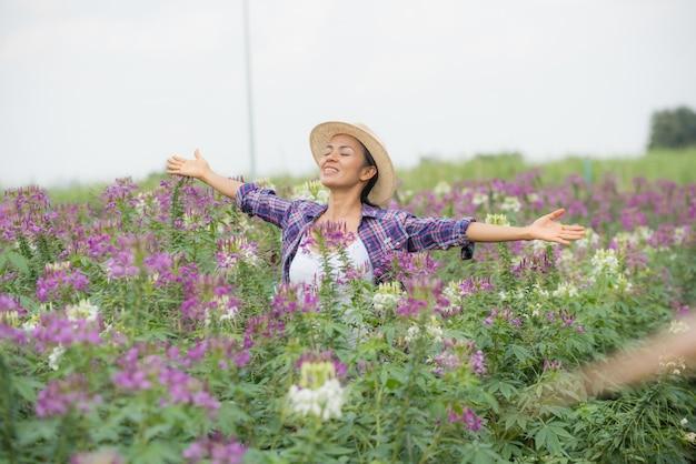 Die landwirte freuen sich auf ihrer eigenen blumenfarm.