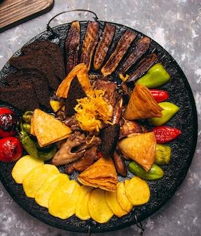 Die leckere auswahl an fleisch und gemüse. sac ici - aserbaidschanisches essen. fleisch sautieren