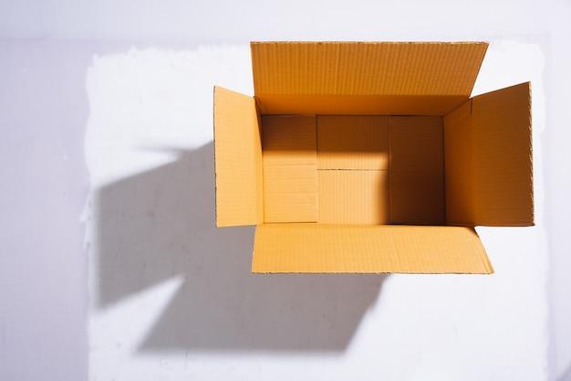 Die leere papierbox ist auf weißem hintergrund geöffnet