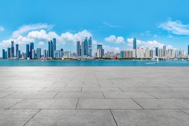 Die leeren marmorböden und die skyline der städtischen gebäude von qingdao.