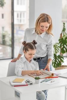 Die lehrerin hilft ihrem schüler beim lernen