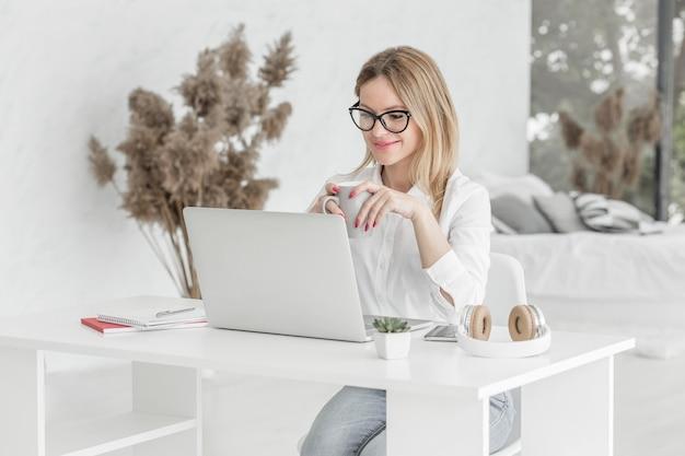 Die lehrerin macht ihren unterricht online auf einem laptop