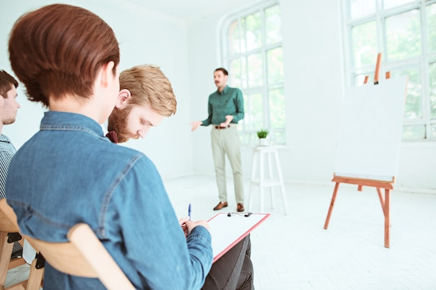 Die leute beim geschäftstreffen im leeren konferenzsaal. business- und entrepreneurship-konzept.