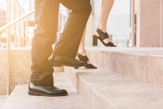 Die leute, die auf treppe treten, schließen ansicht