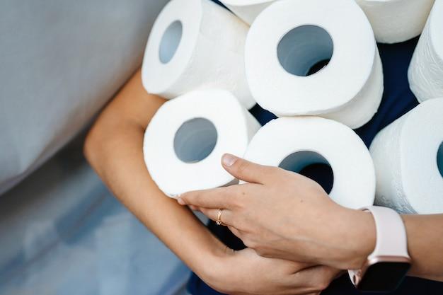 Die leute füllen toilettenpapier auf