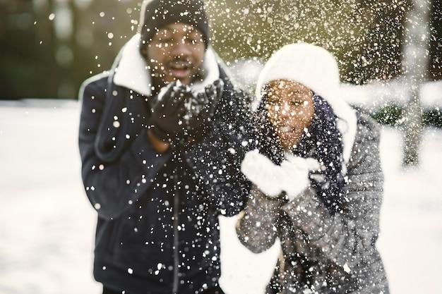 Die leute gehen nach draußen. wintertag. afrikanisches paar