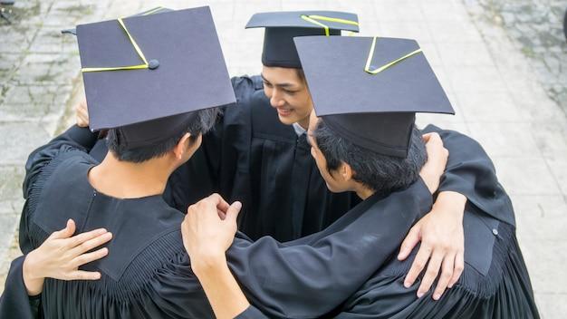 Die leute mit schwarzen kleidern umarmen den hals in einer gruppe.