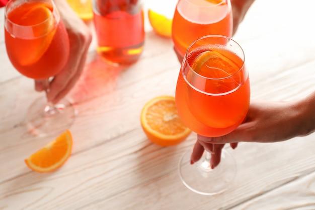 Die leute nehmen aperol spritz cocktails