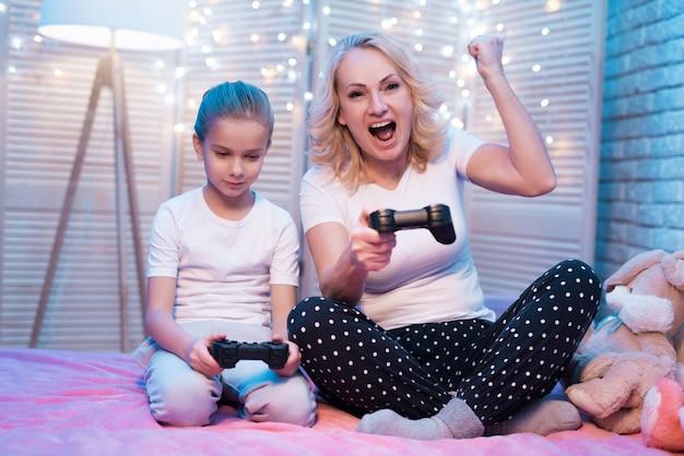 Die leute spielen videospiele. frau gewinnt.
