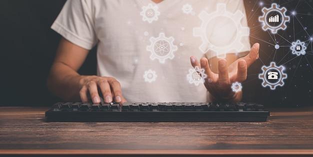 Die leute wählen symbole, um computer zu bedienen
