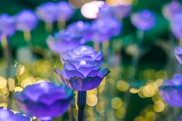 Die lichter sind als blumen geschmückt, um nachts beim festival ein schönes licht zu erzeugen.