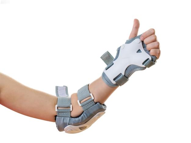 Die linke hand in den klappen zeigt, dass alles in ordnung ist. zubehör für den stoßschutz. sportausrüstung.