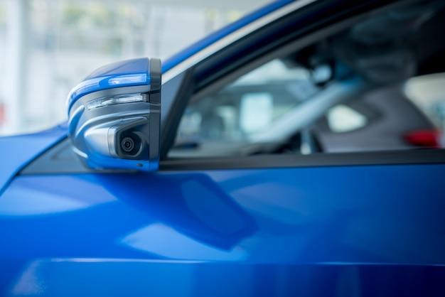 Die linke spiegelkamera des autos, die kamera hilft, tote winkel zu finden, und erhöht die effizienz des sehens der linksdrehenden kamera moderner autos.