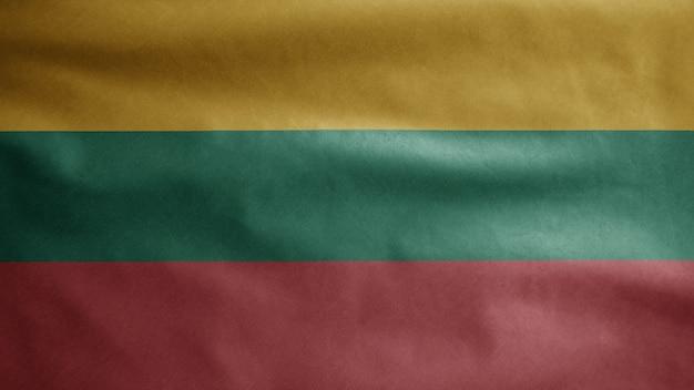 Die litauische flagge weht im wind. nahaufnahme von litauenstate banner weht, weiche und glatte seide. stoff textur fähnrich hintergrund.