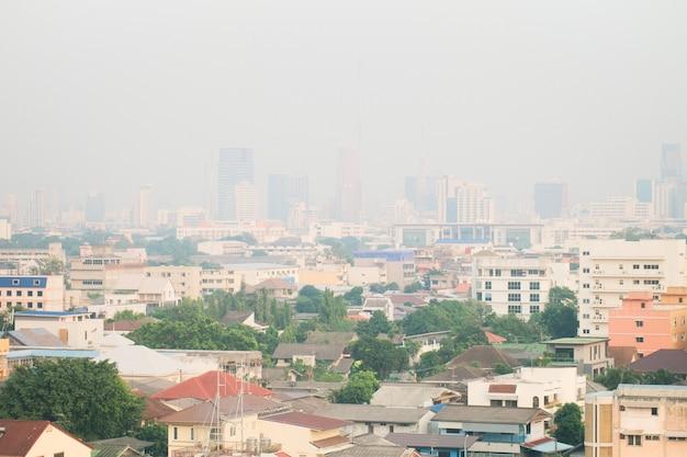 Die luftverschmutzung durch viel staub oder pm2.5-partikel übertrifft den standard in bangkok, thailand.