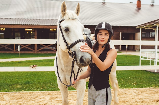 Die mädchen reiten auf pferden