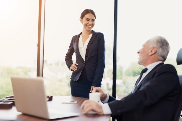 Die mädchensekretärin flirtet mit ihrem chef.