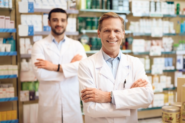 Die männlichen apotheker in der apotheke.