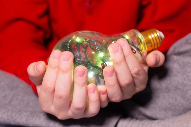 Die magische lampe in der hand