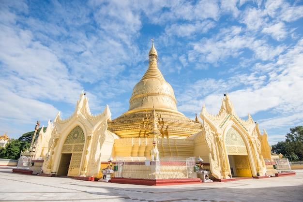 Die maha wizara pagode ist eine berühmte buddhismuspagode in der gemeinde dagon in yangon, myanmar. die 1980 erbaute pagode befindet sich unmittelbar südlich der shwedagon-pagode auf dem dhammarakhita-hügel