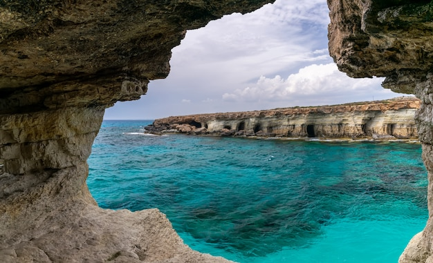 Die malerische höhle liegt am ufer des mittelmeeres.