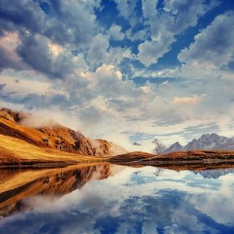 Die malerische landschaft in den bergen. oberes swanetien, georg