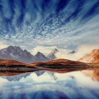 Die malerische landschaft in den bergen. oberes swanetien