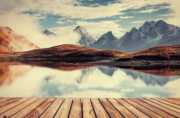 Die malerische landschaft in den bergen.