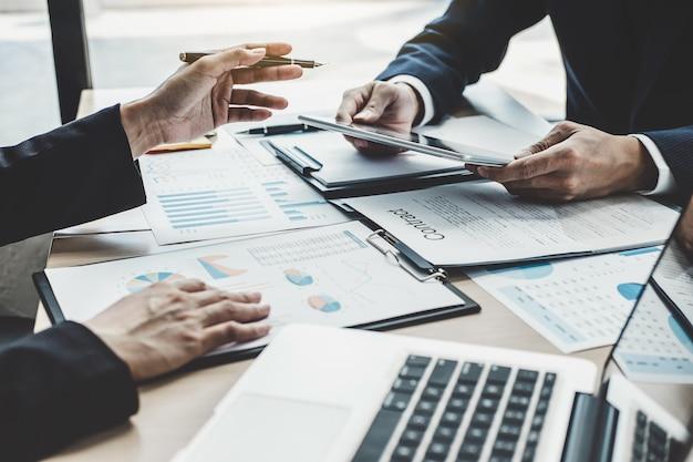Die manager-sitzung, die die finanzstatistik des unternehmenswachstumsprojekterfolgs bespricht, die arbeit des professionellen anlegers starten projekt