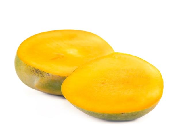 Die mangofrucht isoliert auf weißer oberfläche