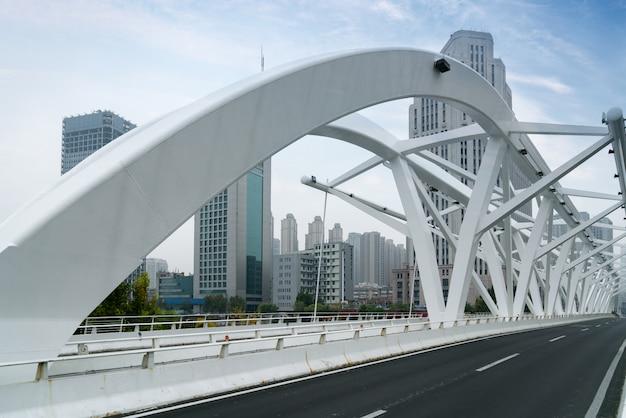 Die marksteinbrücke in tianjin, china - fortschrittsbrücke