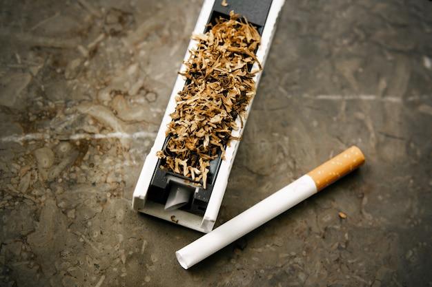 Die maschine zum füllen von zigaretten mit tabak.