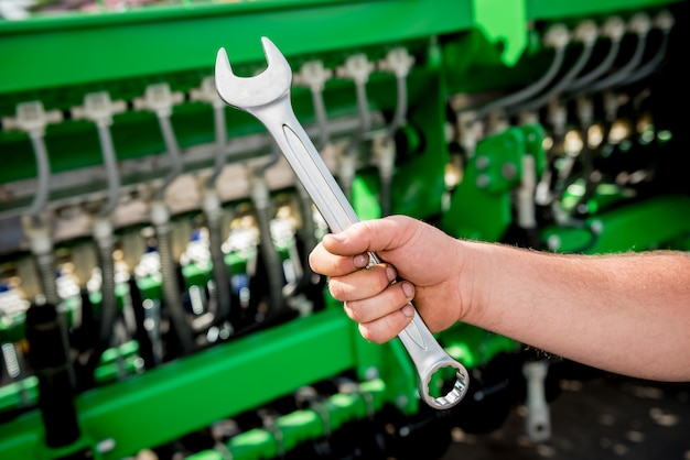 Die mechaniker reparieren mähdrescher. moderne landwirtschaftliche maschinen und geräte. industrielle details.