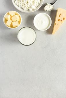 Die meisten gängigen milchprodukte buttermilch käse flach auf grau liegen