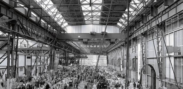 Die menschen besuchen und einkaufen gehen in der großen markthalle im juli in budapest, ungarn. die große markthalle ist der größte indoor-markt in budapest.
