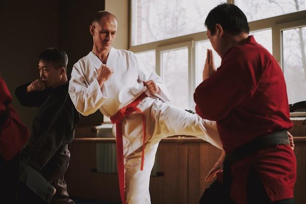 Die menschen erarbeiten die judo-technik des aufpralls.