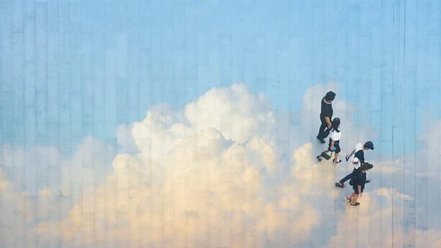 Die menschen gehen über die fußgängerzone mit betonlandschaft spiegeln die wolke und den blauen himmel.