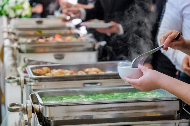 Die menschen genießen ein buffet mit unscharfem hintergrund