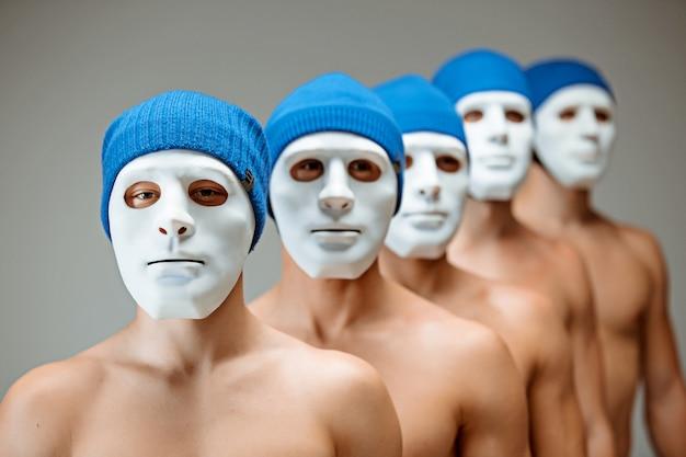 Die menschen in masken und menschen ohne gesichter. konzept uhrwerk orange. ein spiegelbild der inneren welt. inhalt und essenz.