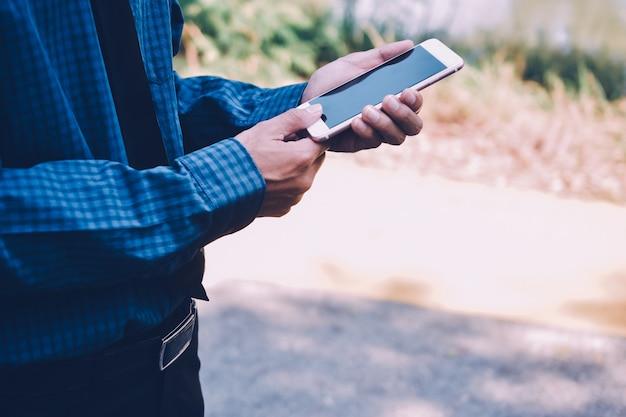 Die menschen nutzen das mobile smartphone, um online einzukaufen