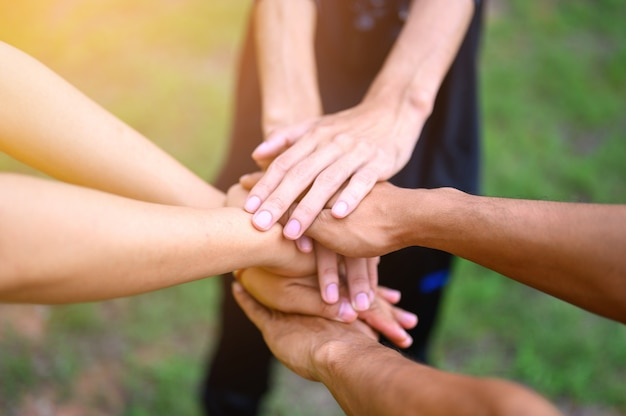 Die menschen schließen sich zusammen, um ihre einheit auszudrücken.